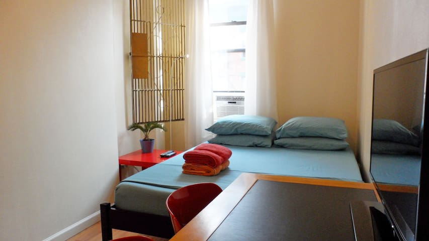 Clean Room, Central Location in NYC - New York - Apartment
