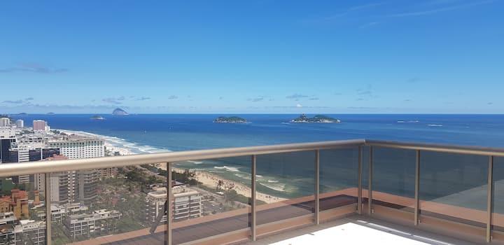 Se hospede a um pé da areia da praia da Barra!