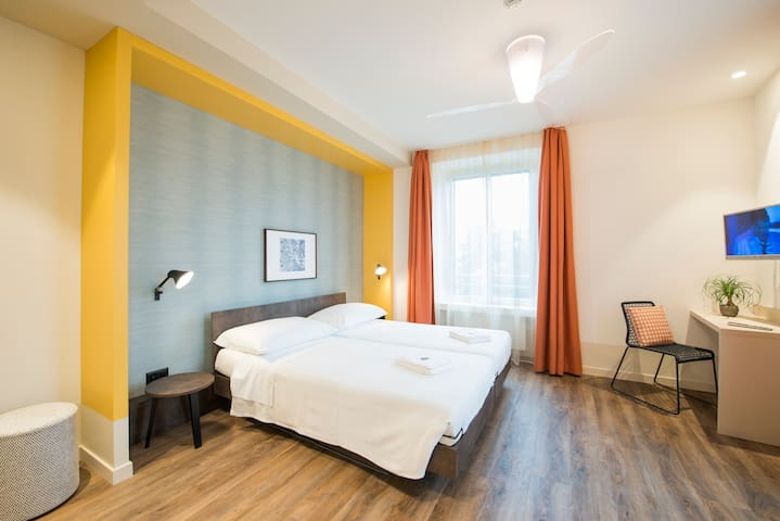 Central, clean double room with AC on Lake Lugano