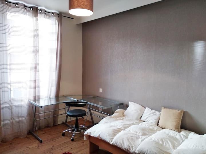 Chambre simple en maison de ville