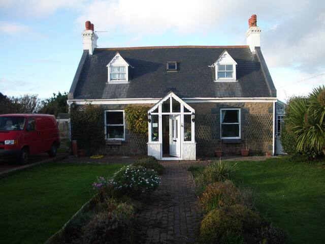En-suite Double Room in cottage with sea view