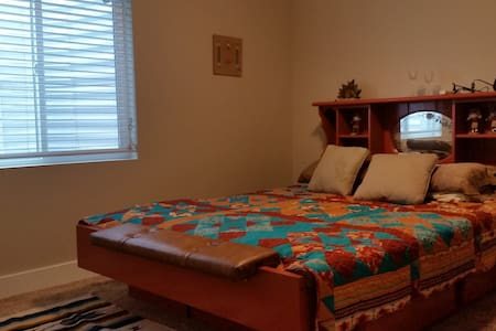 Kokopelli Room in new home minutes from SLC - South Jordan - Ev
