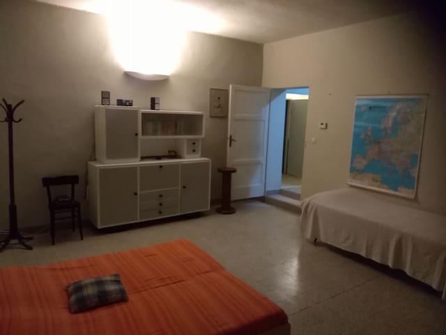 Ampia camera in appartamento