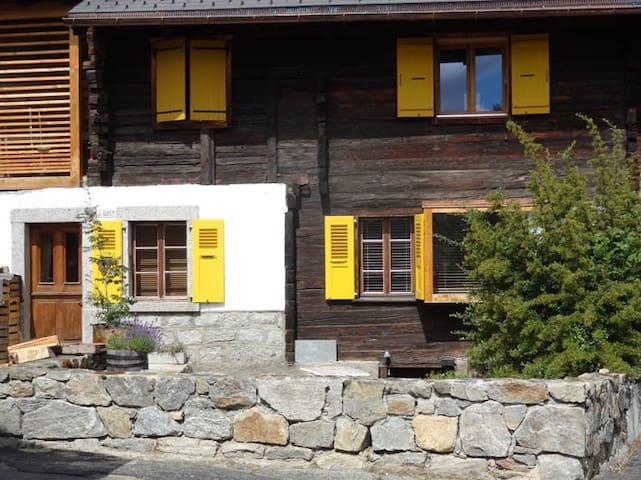 les volets jaunes - Martigny-Combe - Apartemen