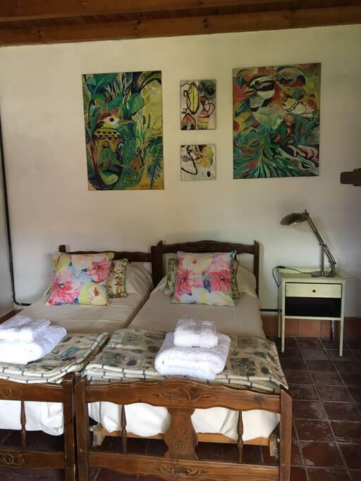 Habitación doble, con baño privado. Se pueden separar las camas.