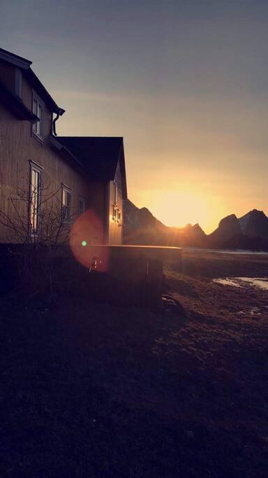 Nedsiden av huset med platting hvor det er nydelig kveldssol og utsikt over Vestfjorden og lofotveggen