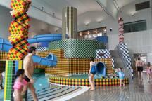 ÄVENTYRSBAD 5 min bort ligger Eriksdalsbadet som har en äventyrsdel inomhus (även simning, jacuzzi, ångbastu och vanlig bastu ingår i badentrén). Går att köpa klippkort för flera besök. www.stockholm.se/eriksdalsbadet