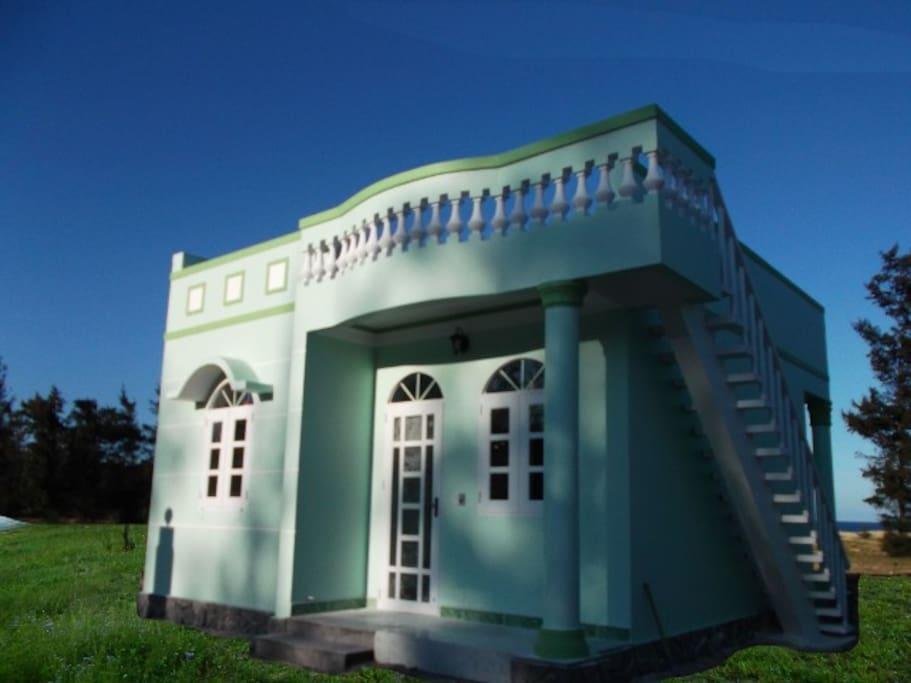 Family Villa, vardagsrum, 1 sovrum, matplats, pentry, stort badrum, egen trädgård på badstrand