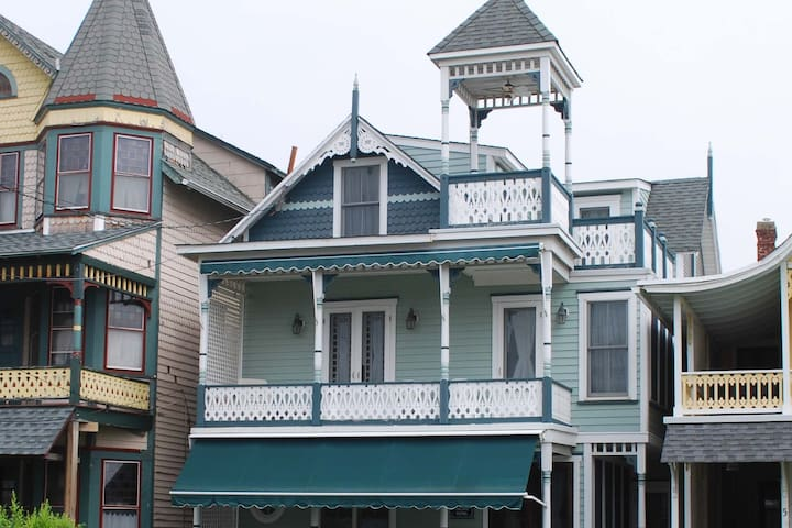 5 Bedroom, Victorian Gem, 4 Houses From The Beach!