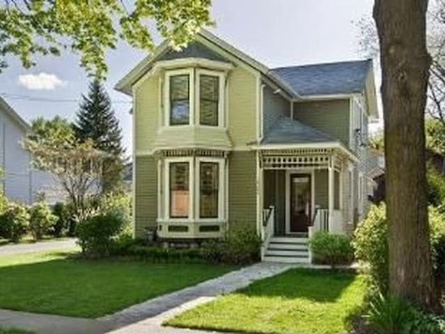 2nd Floor, Charming Victorian in Richmond, IL - Richmond - Dům
