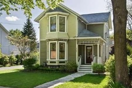 2nd Floor, Charming Victorian in Richmond, IL - Richmond - Hus