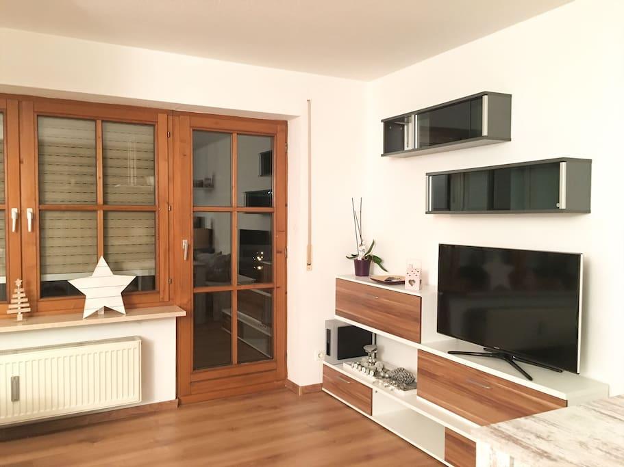 Großer TV + ein Balkon für euch ganz alleine.