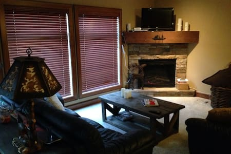 Cozy 2BD 2BA Ski Condo with Hot tub - Kelowna - Appartement