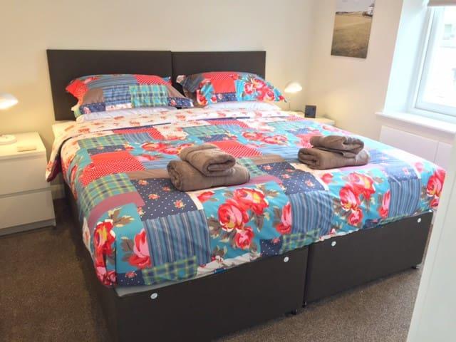 Kingsize bedroom (beds can be split into singles)