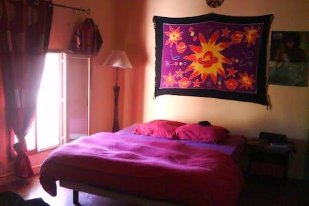 Chambres dans un Maison Artistique - Junas - House
