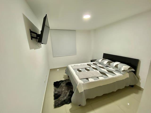Nuestras habitaciones cuentan con iluminación led, tv por cable en HD, closets amplios para que  todas tus pertenencias estén seguras y lo mejor de todos, persianas blackout para que la luz no sea una molestia a la hora de descansar...