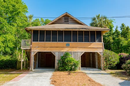 Walk to Beach & Town! Dog Friendly!Screened Porch