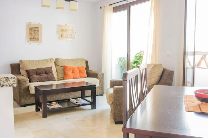 Salón luminoso con terraza y buenas vistas.