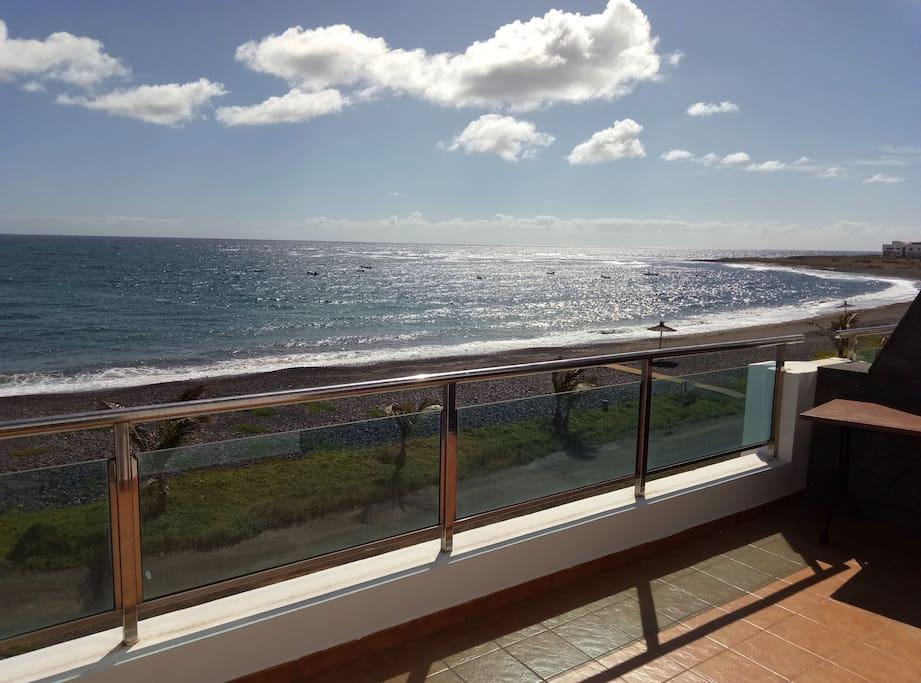 Vista de la playa desde la terraza privada del apartamento
