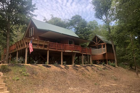 Secluded Private cabin on Black River/ Hot tub