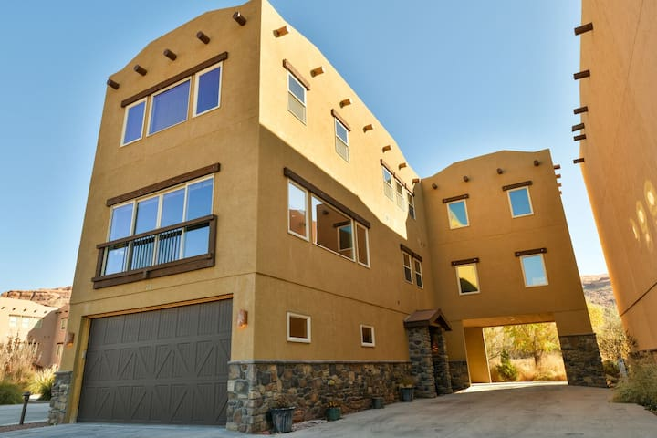 PR 20 - Luxury home with shared pool, hot tub 4 bedroom