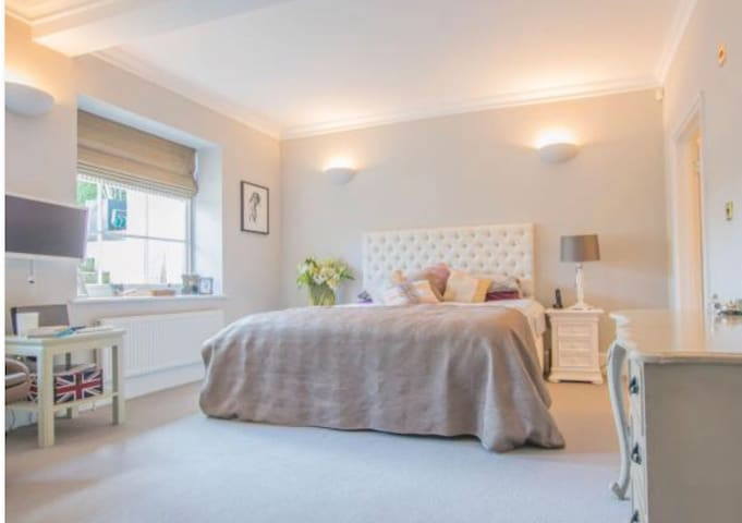 Traditional English Country House  Guest suite