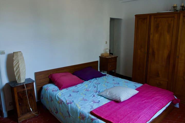 La chambre avec son matelas en 160 de qualité