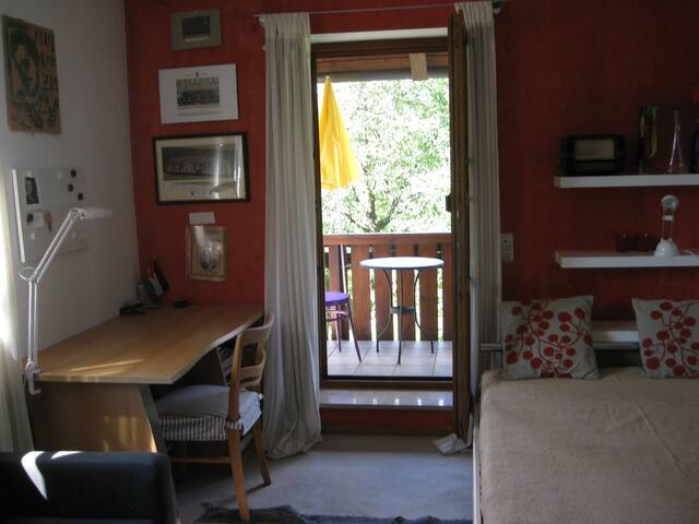 Cozy, quiet room with balcony 20mins from center - München - Hus