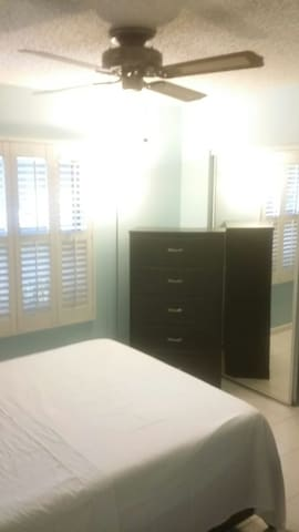 2 Rooms,Quiet Clean PrivateBathroom 99 per night, - Coral Springs - House