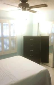 2 Rooms,Quiet Clean PrivateBathroom 89 per night, - 科勒爾斯普林斯(Coral Springs) - 獨棟