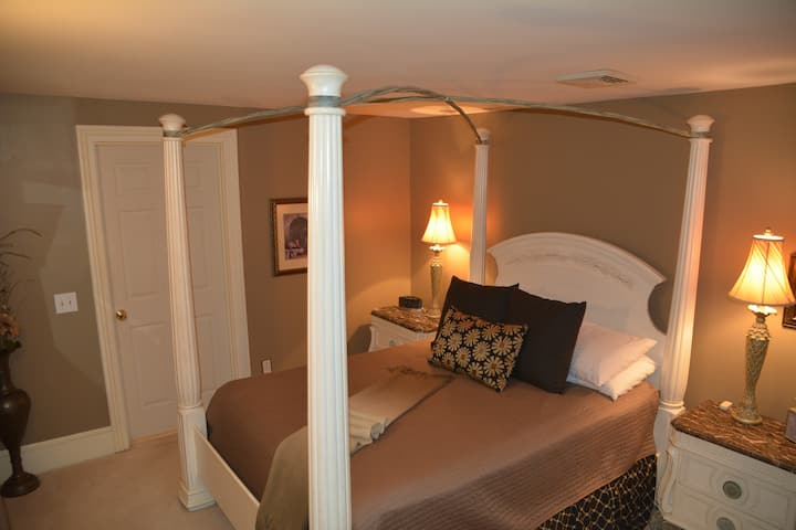 Champagne Suite - Magnolia Place Bed & Breakfast