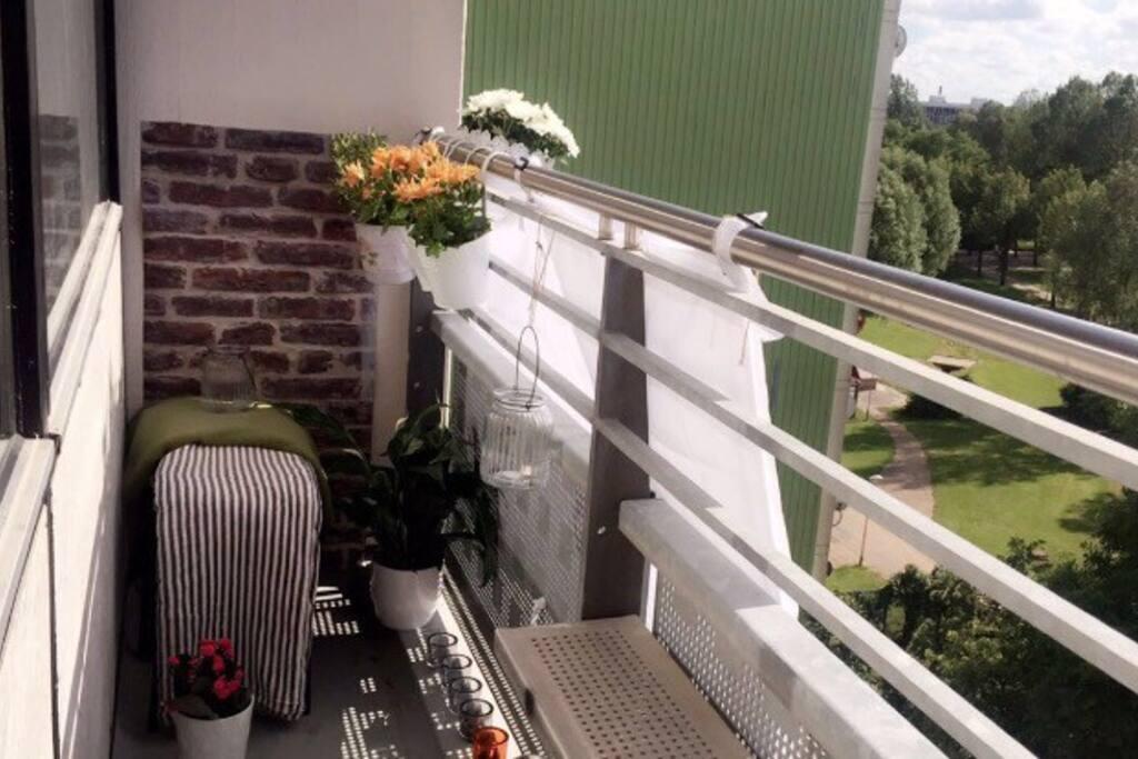 Altan 1 med plads til at sidde. Der er også en altan udfra soveværelset. Balcony.