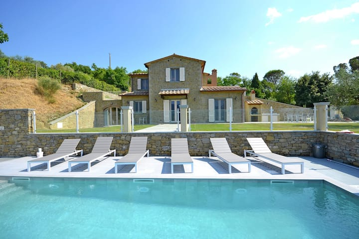 Luxurious Villa in Cortona Italy with Swimming Pool