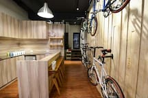 RESTbackbacker一樓大廳公共空間,吧檯內提供免費茶包、飲用水、咖啡包、餅乾