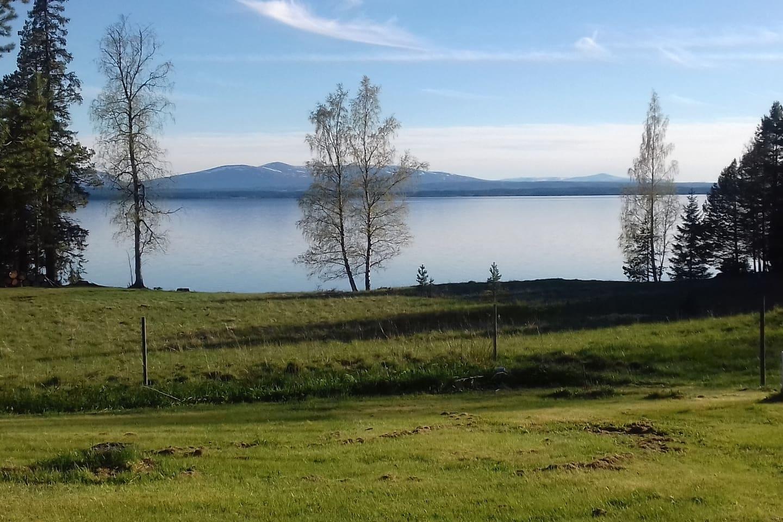 Vy från verandan över Storsjön och Oviksfjällen