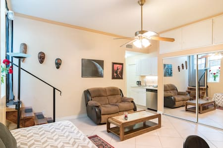 Beautiful Studio Room up the HIll  - Woodland Hills