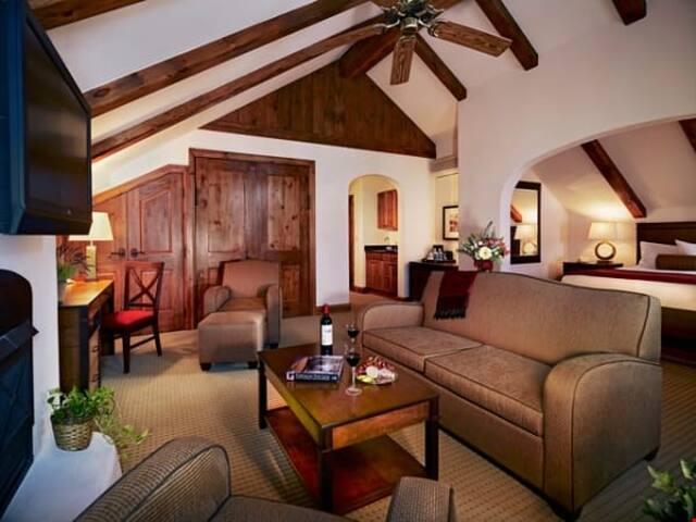 Lavish Room + Fireplace   Access Pool, Hot Tub, & Gym! Free Breakfast