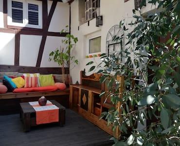 Maison à colombages avec jardin et cour privative