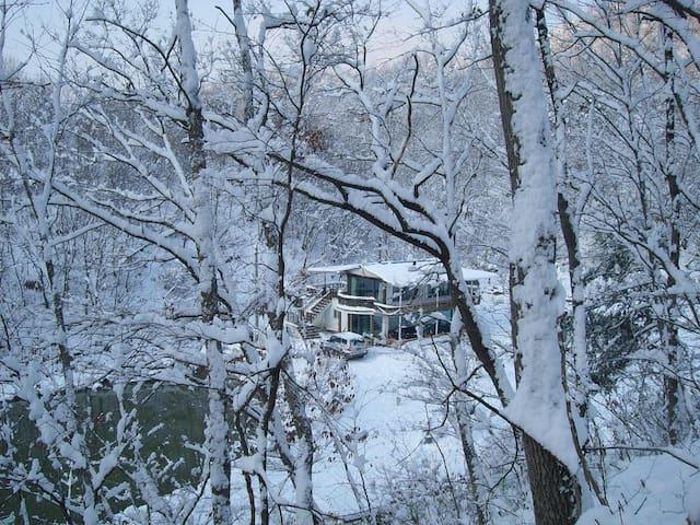 전원주택 및별장형태로 백곡 저수지가 내려다 보이고 좌우가 산임.전체 또는 1,2층 분리사용 - Jincheon - Casa de camp