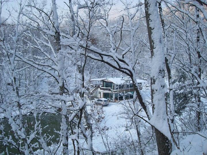독립된 전원주택 형태로 백곡 저수지가 내려다 보이고  1,2층으로 구성된 별채임.