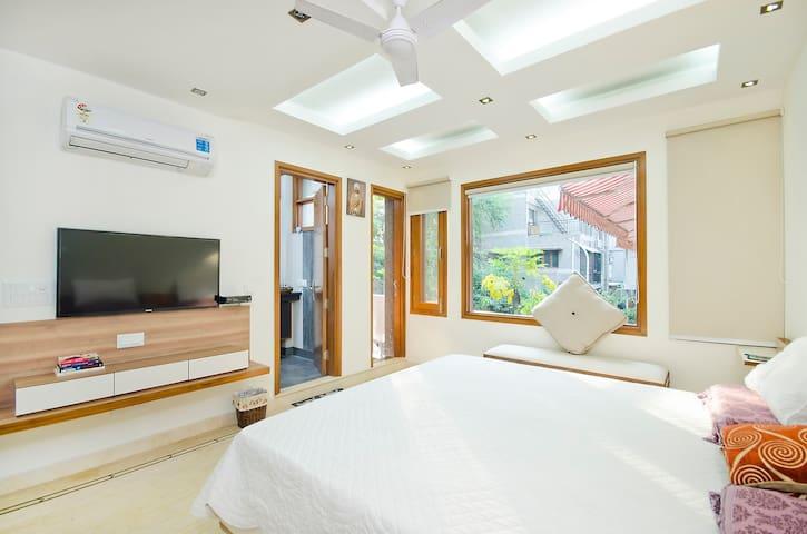 """""""White sunshine room-South Delhi"""" - Neu-Delhi - Bed & Breakfast"""