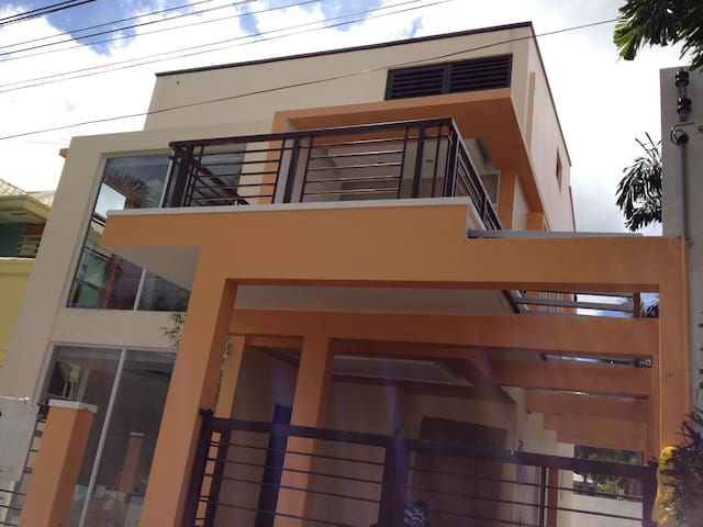 Private Room in a Minimalist House - Davao City - Hus