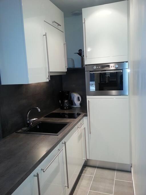 Cuisine entièrement équipée : lave-vaisselle, lave-linge séchant, micro-onde grill, réfrigérateur/congélateur...