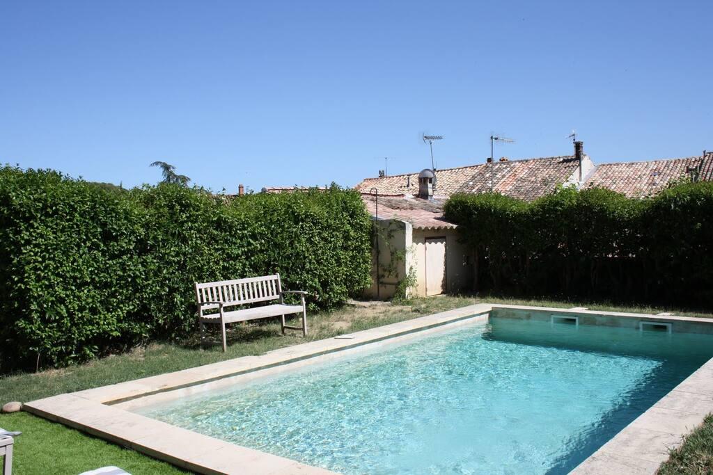 Piscine, à la hauteur des vieux toits de Provence