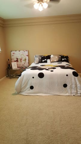 Queen bed, shared bath - McKinney