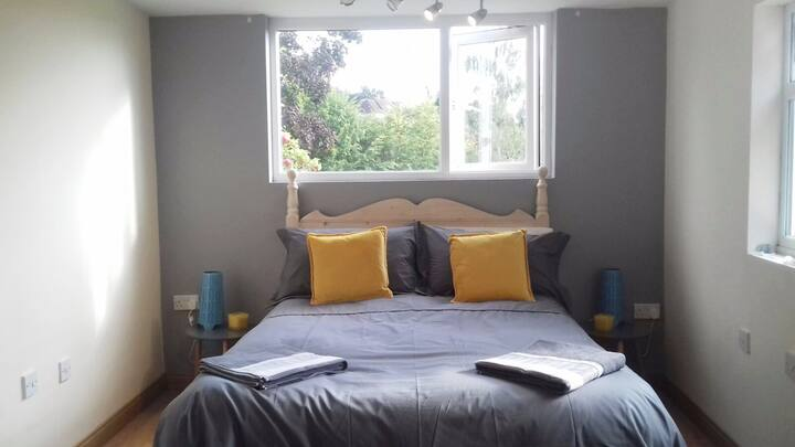 Comfy Nook, peaceful yet central with free Parking