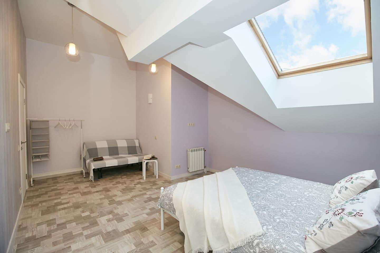 Лавандовая читальная комната с 2 дополнительными спальными местами на диване с доплатой за каждого гостя