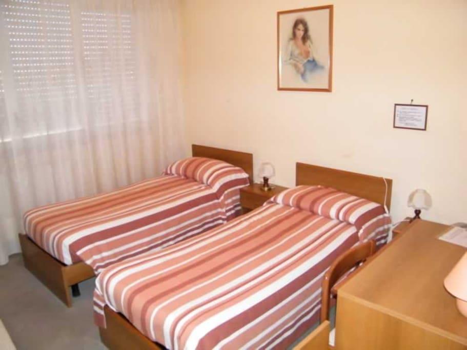 camera da letto con 2 letti singoli e bagno privato