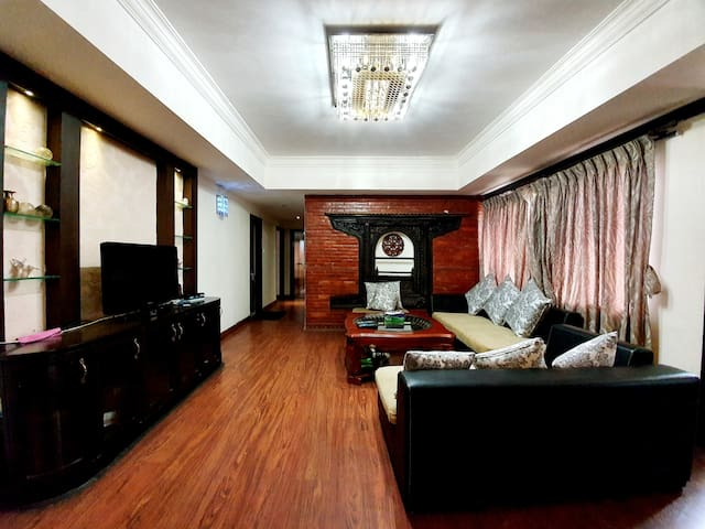 City Retreat: Deluxe 3 BHK Apartment by EHS