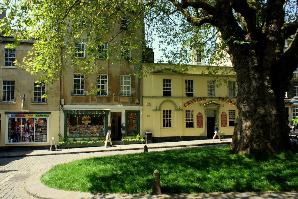 Mignon House (centre) in the peaceful  picturesque Abbey Green in the centre of Bath